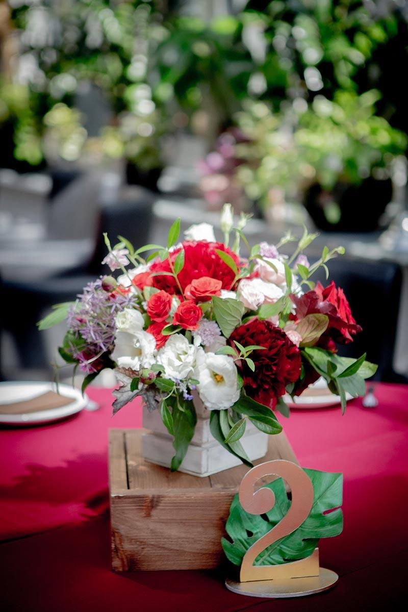 Цветочная композиция и номерки для гостевых столов