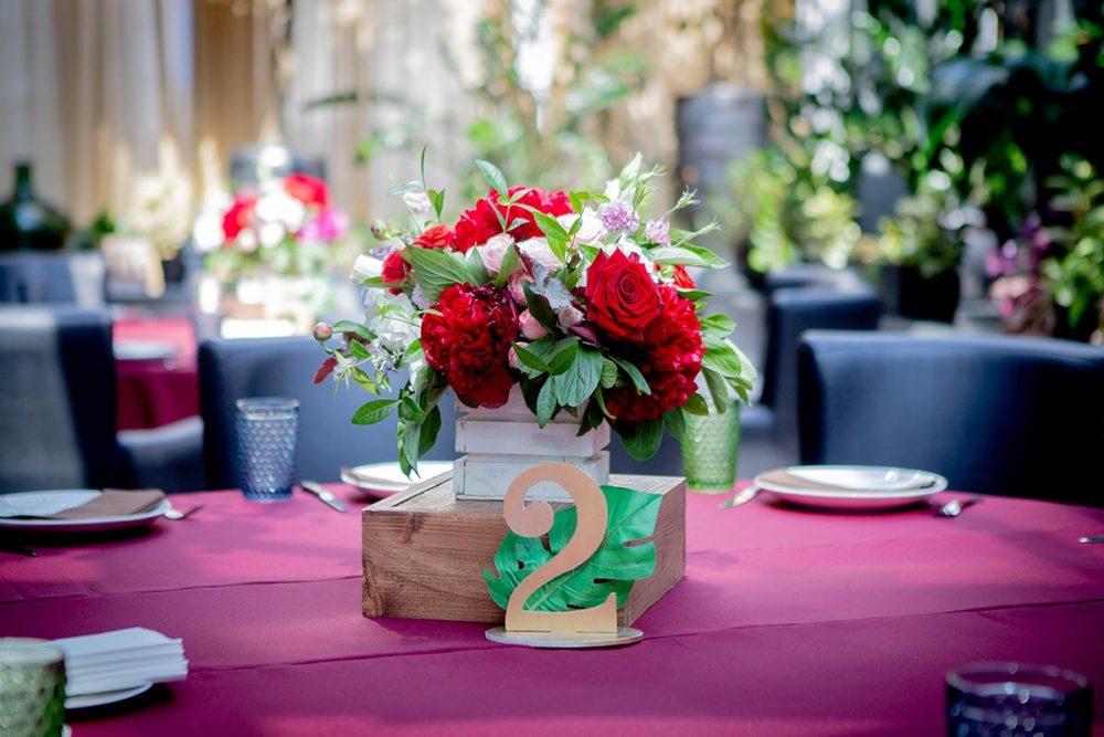 Композиция из живых цветов для оформления свадьбы